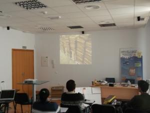 Teoría, proyección de vídeo y explicación de material necesario antes de ir al campo